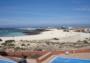 pool and panoramic sea view of the lagoons in Fuerteventura - El Cotillo